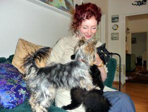 Petra Domsch vill inte släppa ut sina katter på grund av alla vildkatter som stryker omkring och sprider smitta. I famnen busar hunden Piara och katten Kismet Bhairava.