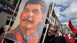 Demonstranter med plakat av Stalin.