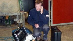 Veterinär Tomas Häggvik på hembesök.