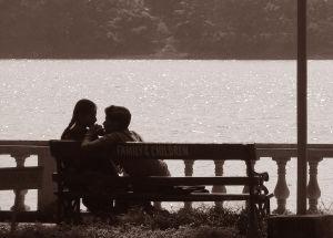 kärleks par på bänk