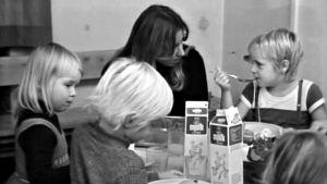 Barn äter mat på daghem