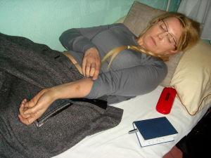 Tymosjenko visar blåmärken som hon fått i fängelset