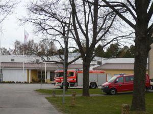 Brandmännen i Karis vistas i den tidigare yrkesskolan vid Pumpviken medan inomhusluften åtgärdas i den riktiga brandstationen.