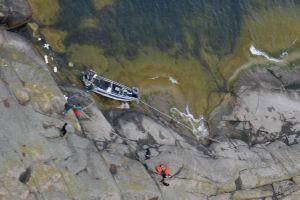 En grupp jägare med hundar råkade i sjönöd på ett ytterskär.