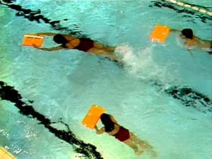 Barn lär sig simma