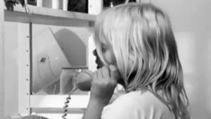 Anna ringer till sin mamma