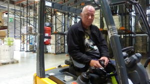 Rainer Råstedt som arbetar i lagret på Delipaps fabrik i Ekenäs.
