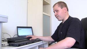 Synskadade Johan Sundholm invid sin dator