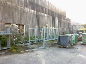 Tomma ställningar för valreklam utanför en medfaren industribyggnad.