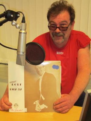 Orvar Hansson vid en mikrofon