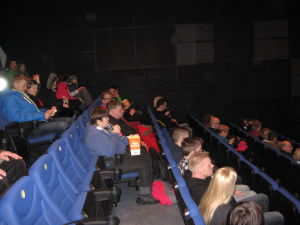 Publiken samlas till filmen Smanderoon på KinoCity i Jakobstad