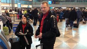 Alex och Johan Idman ska till Holland för att spela fotboll.