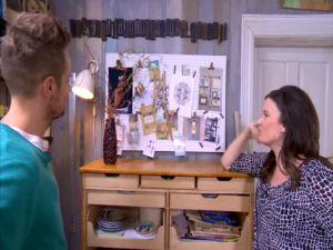 Jonathan och Camilla filosoferar över moodboarden.