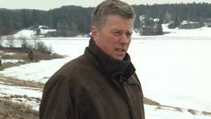 Potatisodlare Matti Kipinoinen i Tenala ser ut över de snöiga fälten.