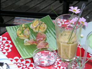 Gazpacho i glas och lufttorkad skinka på smörgås.