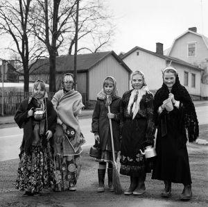 Påskhäxor i Vasa 1983. Känner du någon av flickorna på fotot?