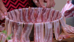 Klä ugnformen med bacon.