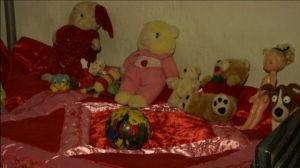 Den omhändertagna kidnappade flickan har fått leksaker att leka med