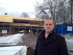 Jörgen Henriksson är vd för Hangö elektriska Ab. I bakgrunden nybygget vid Mikaelskolan i Ekenäs.