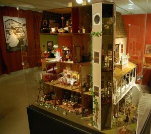 Dockskåp, Eija Sirjonen, Lojo museum
