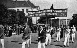 Arbetaridrottsmän marscherar i Tallinn den 17 juli och kräver Estlands anslutning till Sovjetunionen.