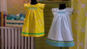 Den turkosa klänningen har fått längre fåll och den gula är sydd av en gammal gardin.