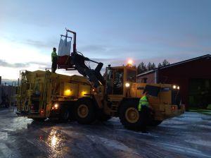 Det behövs mängder av dyr kaliumacetat innan startbanan är isfri. Morgonens is kostade kring 15 000 euro för Kronoby flygstation.