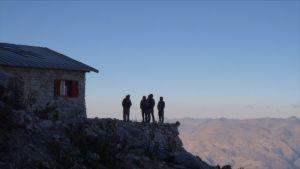 Ihmisiä silhuettina Perun vuoristossa