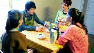 Kolme kovaa testaa kasvimaitoja. Testaajat Sanni Klemelä, Ilari Heinäaho, Aira Björman sekä toimittaja Liisa Vihmanen.