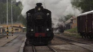 Juna tulee asemalle