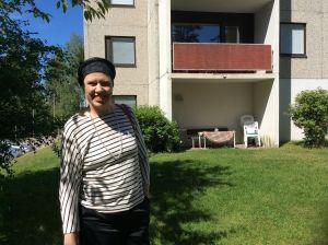 Maarit Feldt-Ranta står leende utanför sitt hemhus i Tallmo i Karis.