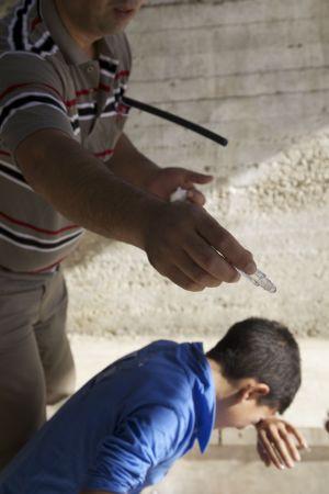 Lärare hjälper tårgasad elev genom att erbjuda honom parfym att lukta på