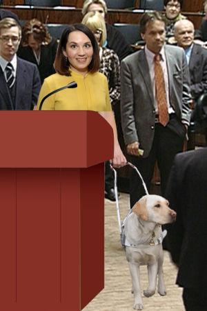 Sanni Grahn-Laasonen får en trogen ledarhund.