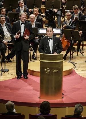Wienin filharmonikkojen nykyinen puheenjohtaja, Andreas Grossbauer antamassa kiitospuhetta; taustalla vanha puheenjohtaja Clemens Hellsberg.