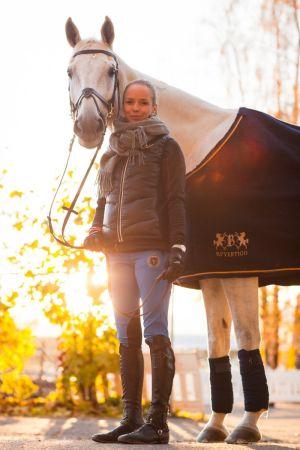 valkoinen hevonen ja ratsastaja