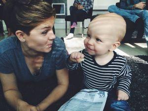 Ronja ja vauva juttelevat