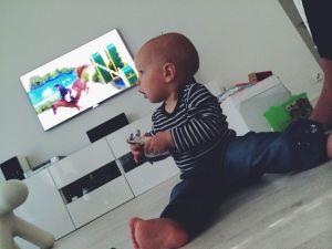 Vauva katsoo vasemmalle leluhevonen kädessä
