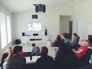 Ihmiset katselevat televisiota