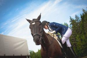 ratsastaja nousemassa hevosen selkään