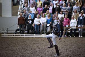 Kyra Kyrklund neuvoo ratsastajia maneesissa