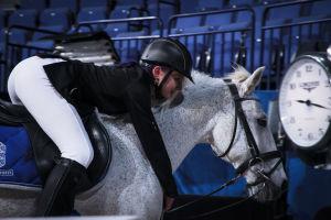 ratsastaja halaa hevostaan