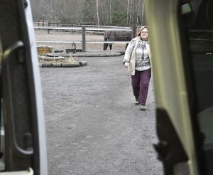 eläinlääkäri kävelee kohti autoa