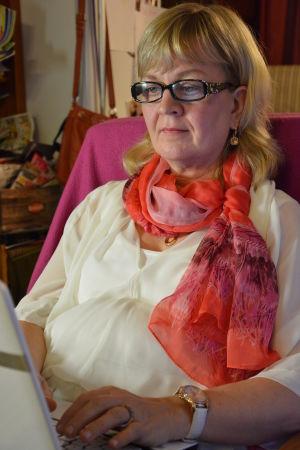 Vuokko Ilola istuu ja kirjoittaa läppärillä