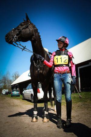 Ratsastaja ja hevonen kilpavarusteissaan