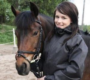 Hevonen ja tyttö lähikuvassa