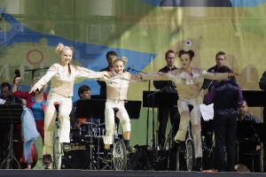 Sorin Sirkus esiintyi UMOn ja Satu Sopasen kanssa Oli kerran orkestri -konsertissa Tampereen Keskustorilla elokuussa 2005.