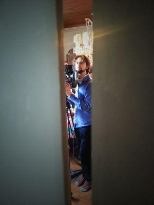 Peter Flicnkenberg kuvaamassa Arto Halosen Valkoinen raivo -dokumenttielokuvaa.