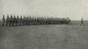 Vapaaehtoiset suomalaismiehet marssivat harjoituksessa Lockstedtissa 1915