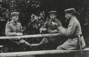 Suomalaisjääkärit pelaavat korttia Saksassa (1916/1917).