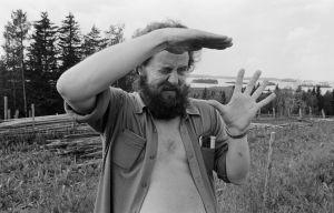 Lavastaja Ensio Suominen tarkastelee kuvakulmia kuvauspaikan maastossa.